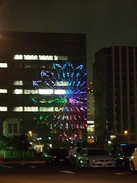 霓虹倒映在某大樓的大觀覽車