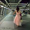 這位小姐走路頗豪氣  特地繞到正面一看原來是男的...