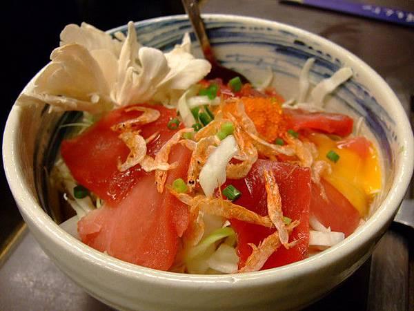 點了二碗  這碗是鮪魚XX口味  剛送來我就想直接吃掉鮪魚了
