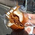 朝ごはんは焼きそばドッグ 136円 就是炒麵麵包拉~好吃!