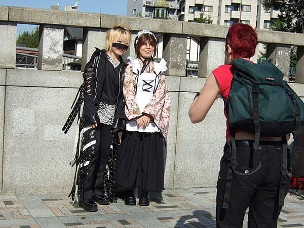 紅髮背包客是老外,對cosplay超有興趣的,猛拍