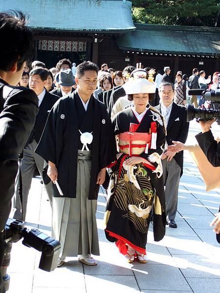這位新娘穿的是武家的新娘服,叫黒振袖、彼女看起來頗老(我又造口業了>O<)
