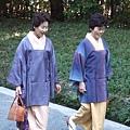 這二位歐巴桑穿和服還著罩衫 推測是工作服