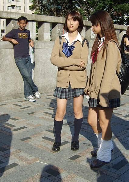 哇哇~女高中生耶~ 後面那個印度人直盯著她們猛瞧