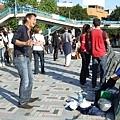 猛唱外國老歌的熱情街頭藝人  藍衣女是忠實觀眾