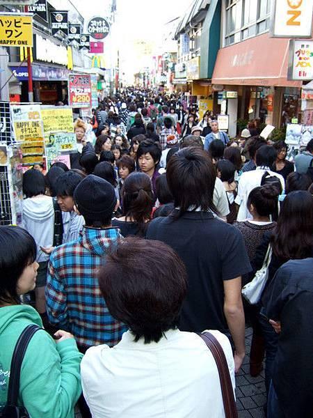 我們猶豫了好久 決定要擠進人群裡