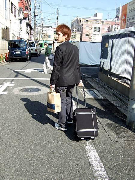 一早拖著行李箱要走了~手上提的是抓到的維尼,這傢伙就拜託你囉