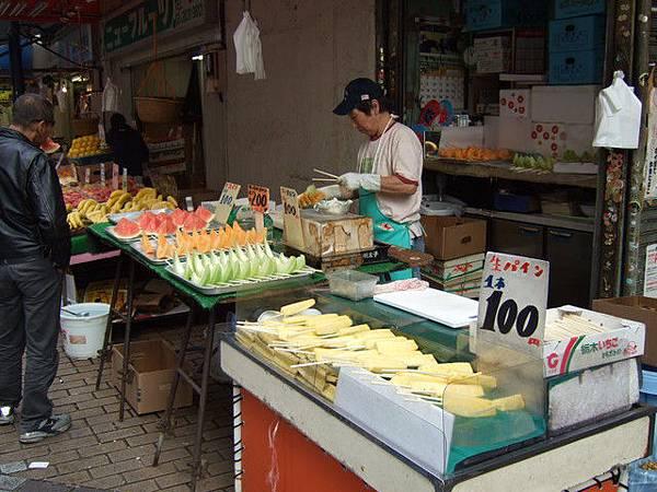路邊有在賣這種切好的水果,一塊30塊以上起跳,粉貴!