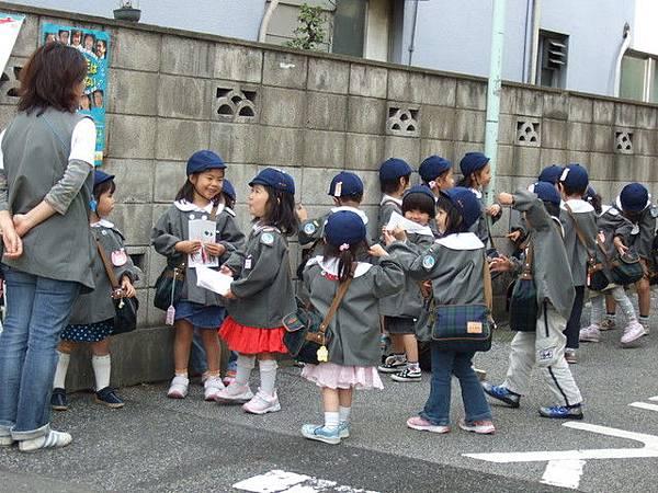 遇到一群可愛的小朋友唷,很奇怪的是日本學校很愛叫小朋友戴帽子