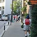 一路上都是揹著日本典型紅黑色書包的小朋友,真夢幻~