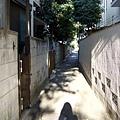 窄巷子裡藏了許多老式建築,那拉門真是家家戶戶都有