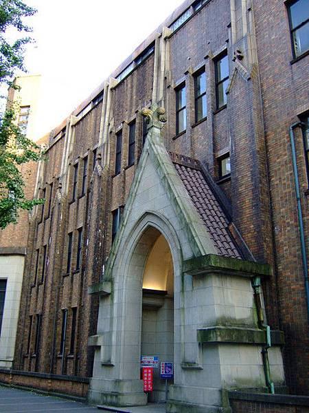 大門進來的銀杏道二旁盡是看起來歷史頗悠久的校舍