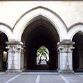 走進歌德式的尖頂拱廊就是文學部囉,對面則是法學部
