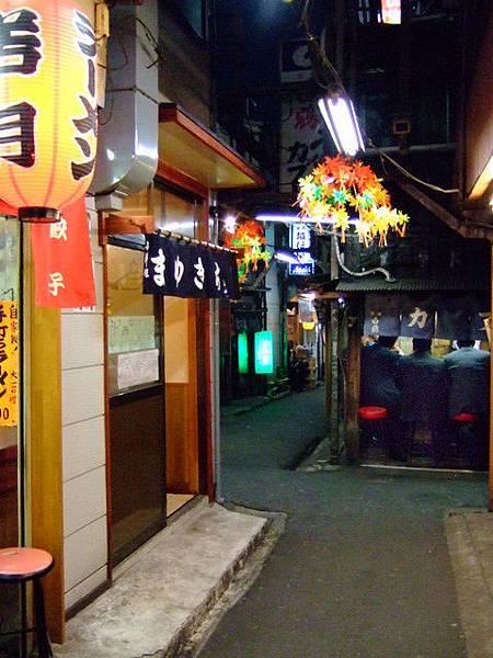 窄巷裡滿溢懷舊氣氛,店面小小的燒烤拉麵餃子館等著客人上門