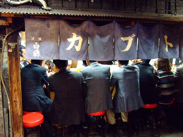新宿的上班族在下班後也都會來這裡吃東西 小酌一杯呢