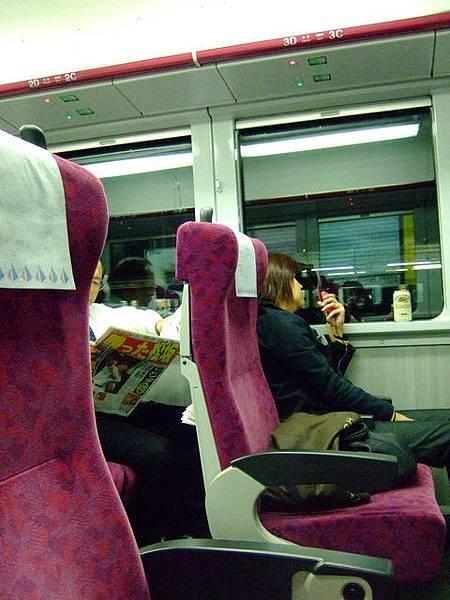 咦! 和一般電車很不一樣喔?  原來我坐錯車廂 這節要加錢的