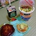晚餐是在新宿京王百貨地下街買的,加上Ryo買的泡麵