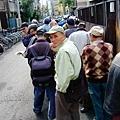 10/23 在民宿附近發現數量十分誇張的老人們在排隊