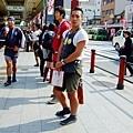 淺草寺前面還是站了很多車伕呢~ 個個年輕有活力呀!
