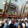 一群銀髮族在淺草寺旁的劇場排隊等看戲