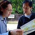 大叔還在用英文問路中,而且拿英文地圖問,連日本妹都不禁皺眉頭