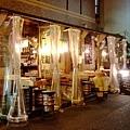 很有特色的餐廳喔,椅子是用鐵桶改的,店外的塑膠布十分有創意