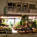 自家的花將店面妝點得色彩繽紛熱鬧,就是會讓人很想湊近看看