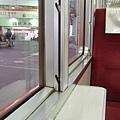 是否我太久沒坐火車,覺得這種面對面、窗邊有小桌子的火車很可愛