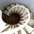 從黑暗走向光明的迴轉樓梯