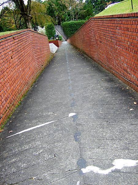 遠方的終點是假的,只是在牆上畫出二條漸窄的線,我喜歡這條路