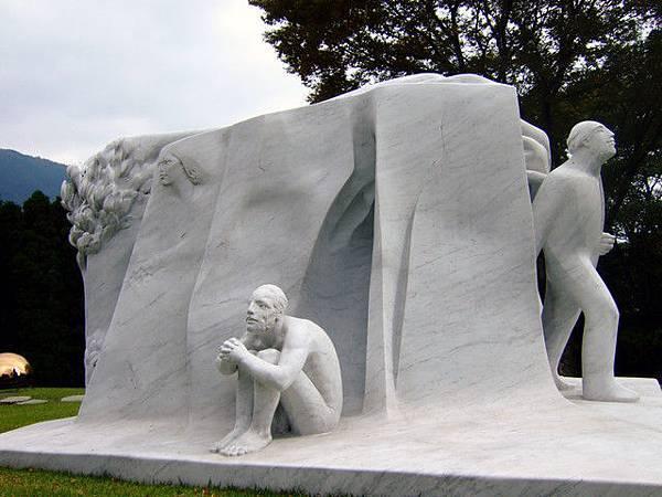 以人間為主題,使用超過25噸大理石雕刻的「偉大なる物語」