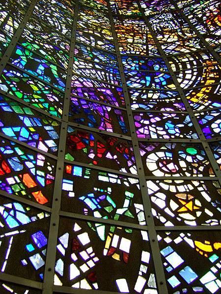 整座塔360度全用美麗鮮豔的彩繪玻璃作為牆面