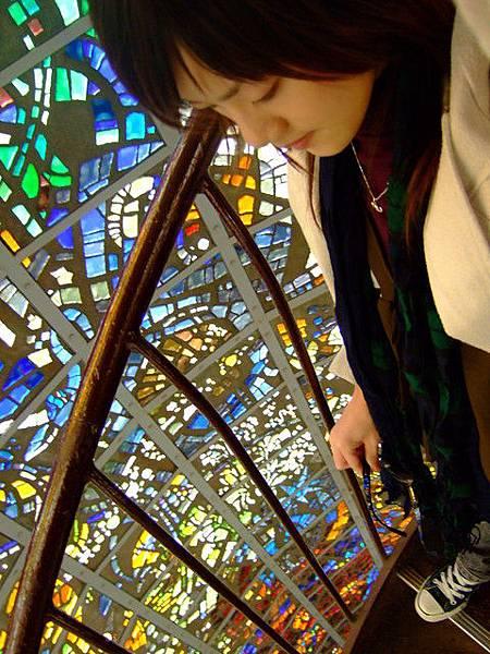 中間是交叉螺旋狀的樓梯,若分神看玻璃而不專心走路還挺恐怖的!