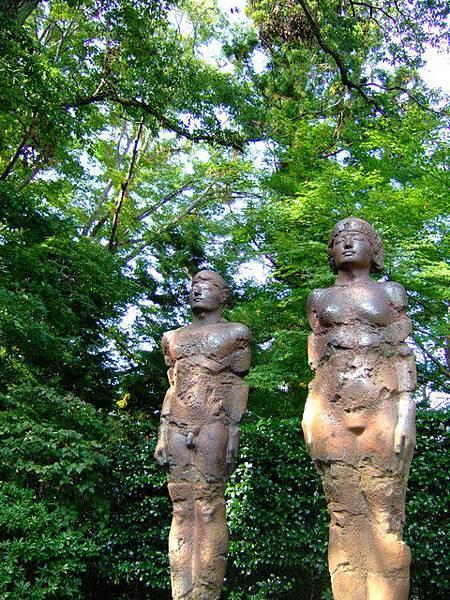 館外不起眼的角落有二座身體殘破 性徵明顯的雕刻