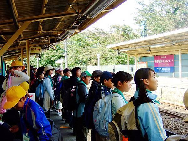好不容易進去了,月台全部站滿小學生,超可愛的!