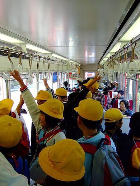 戴著黃帽子的小學生軍團擠爆只有二三節的登山電車