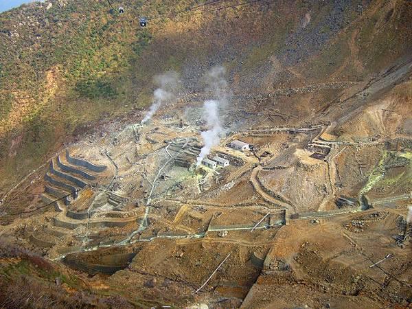 這不是過度開採造成的山禿喔,是地熱溫泉區,還不停地冒煙呢