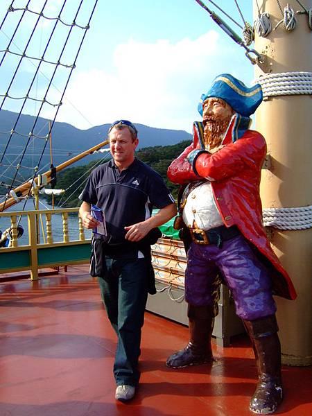 大家都搶著要和船長合照,老外也不例外