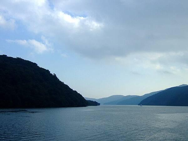 到了這裡我才知道蘆ノ湖挺大的,周圍群山環繞風景很好