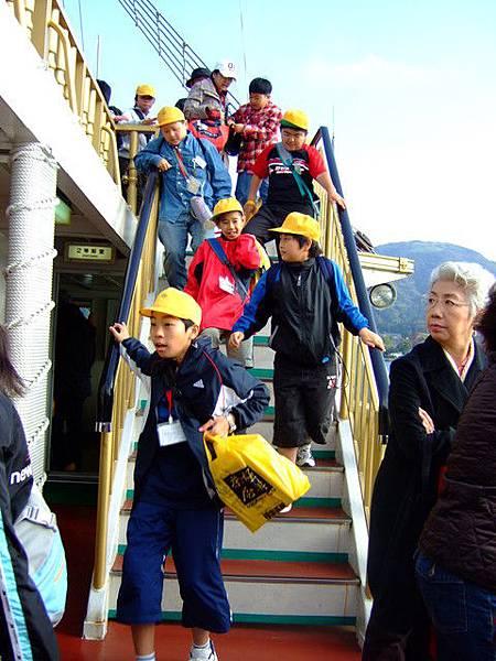 要下船了唷~ 黃帽小子們一直都在鏡頭裡!