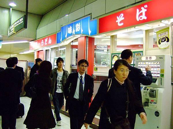 這間開在車站裡名叫味彩的蕎麥麵店生意很好