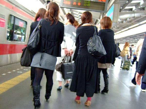一早就看到黑色軍團,話說日本人真的很愛黑色呢