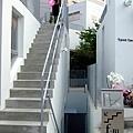 往左邊樓梯往上爬是一間,中間的小樓梯往下又是一間,好屌的設計