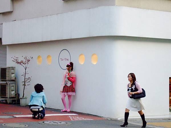喔,有位粉紅小妞在街拍耶