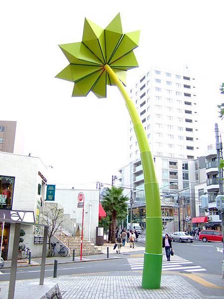 繞了一圈又看到椰子樹了。就算不是假日,路上還是一堆人在逛街呢