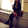 不管是沒事或等人,一手拿煙邊玩手機,好像變成日本人的專利了