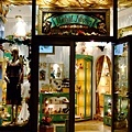 這家店也很漂亮,有不少外國攝影師也拿著相機在這到處拍櫥窗作品