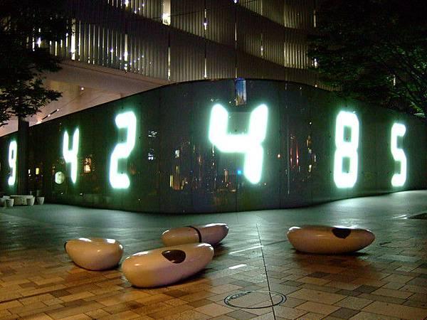 六本木有很多公共藝術,這是朝日電視台外圍長達50公尺的時間牆