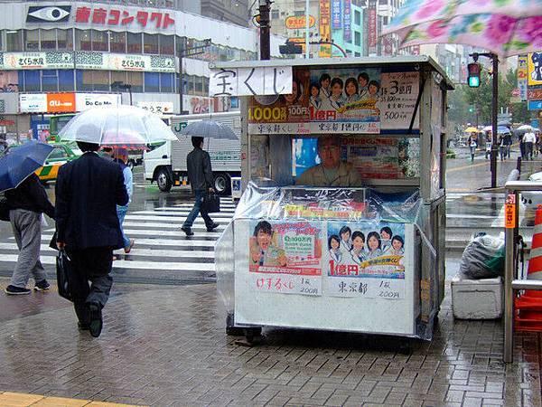 賣彩券的小攤子,在拍的時候我一直都沒注意到裡面竟然坐了個老伯