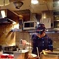 被分配坐在最靠近廚房的地方,可以清楚看到師傅們煮麵的英姿